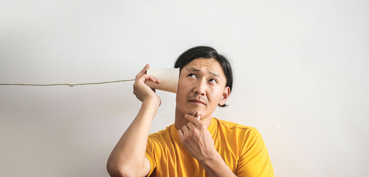 Hombre con un pitido en el oído