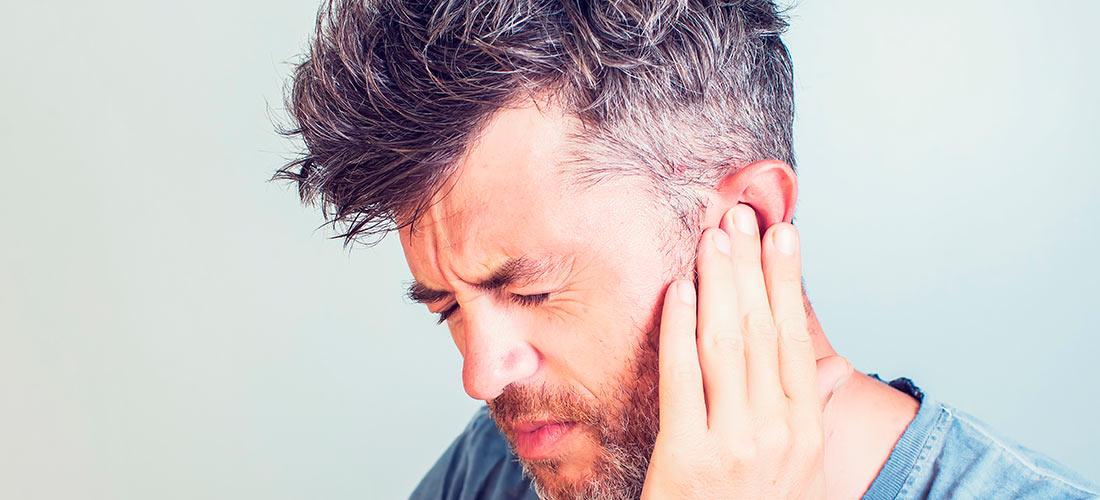 Hombre con dolor de oído a causa del covid 19