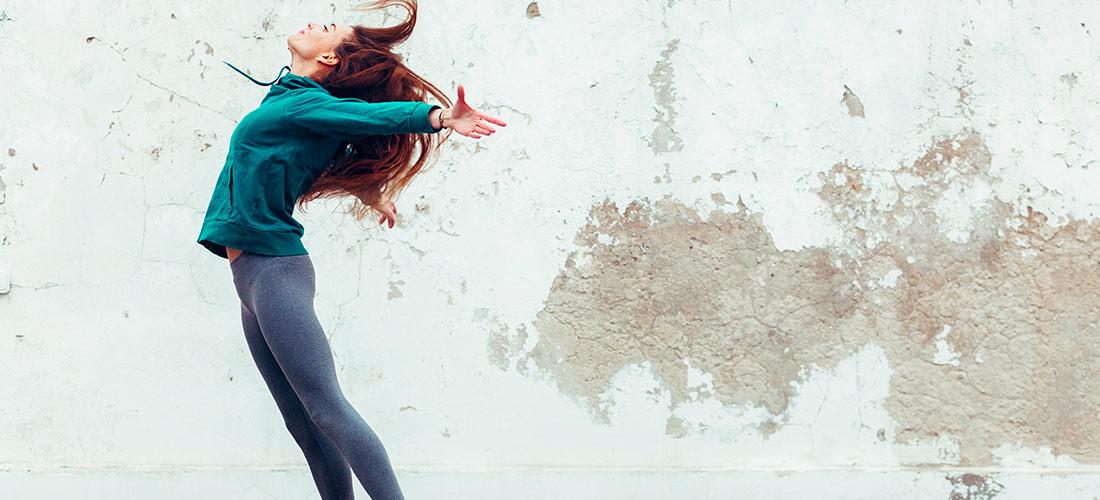 Mujer deportista saltando