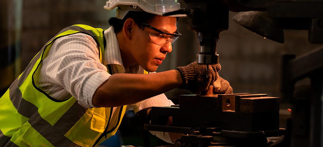 Un trabajador de la industria del metal sin protección auditiva