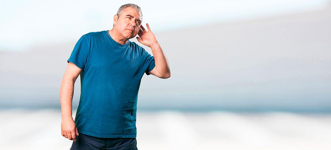 Hombre oye mal aun con audífonos